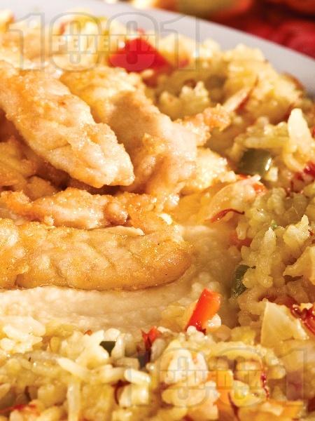 Ароматно панирано пилешко месо с ориз и зеленчуци - снимка на рецептата